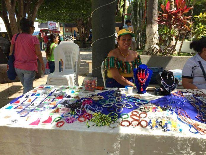 Productos de bisutería expuestos en la I Feria Inclusiva de Emprendimiento de Guastatoya 2018