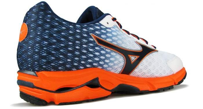Если вы посмотрите на дизайн Волны с внутренней части кроссовок, то заметите, что пик Волны выше, а межподошва чуть толще. Это влияет на постановку стопы во время бега.