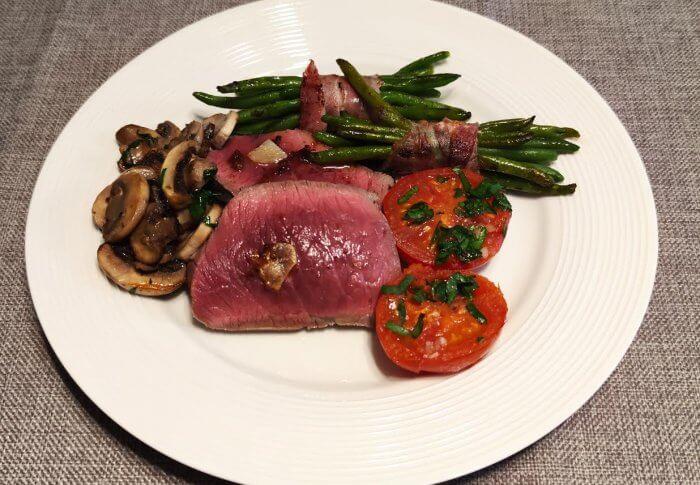 Rôti de bœuf accompagné de légumes