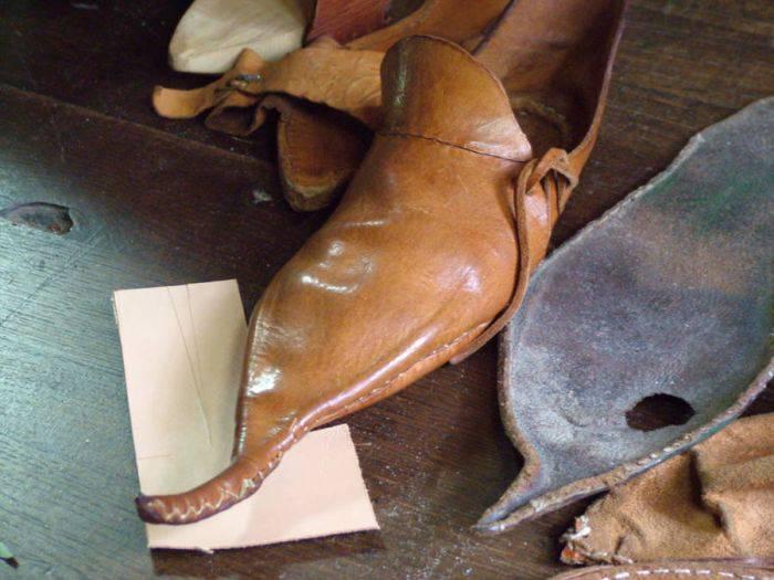 Pantofi ascutiti