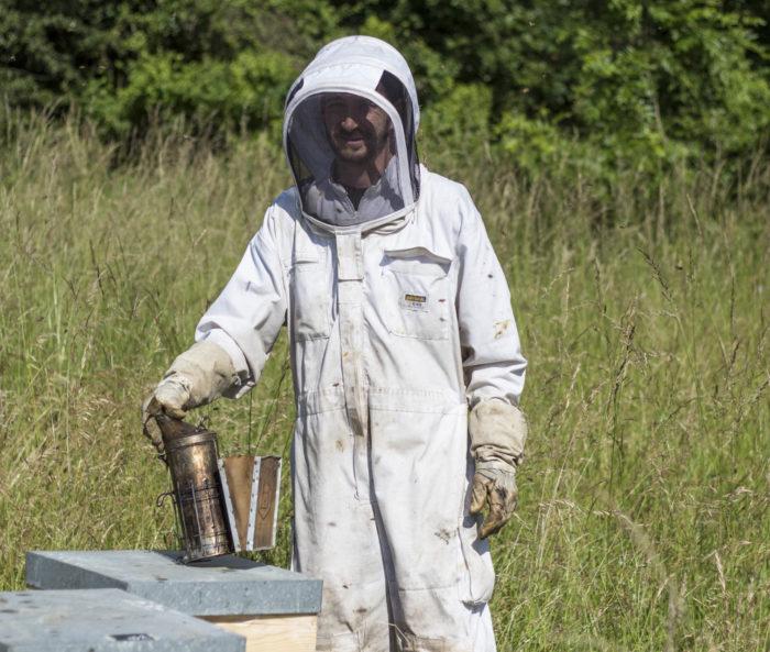 Portrait de Batiste Bel, apiculteur professionnel