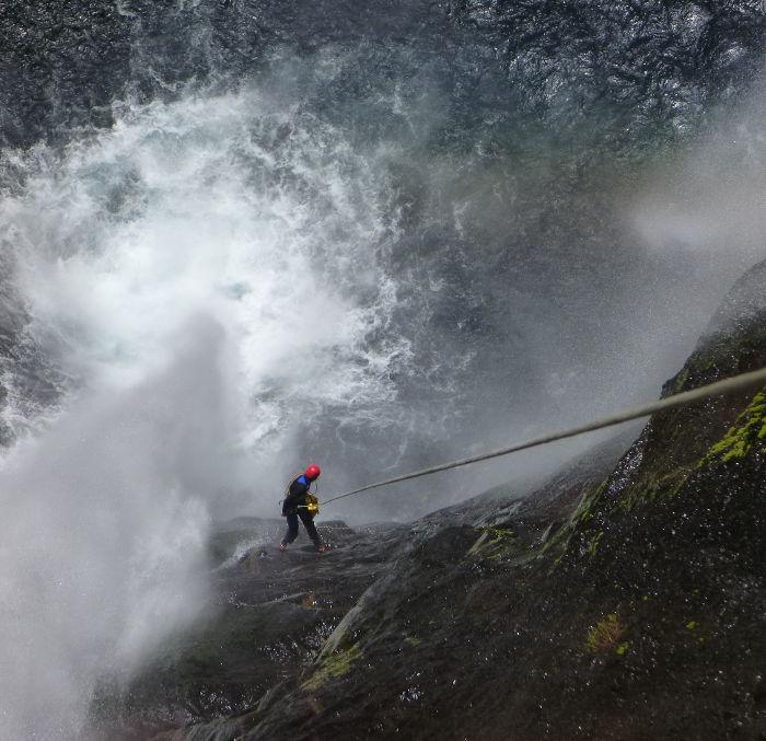 Dans le canyon de Takamka, descente en rappel du mini trou de fer avec les moniteurs canyoning Envergure Réunion