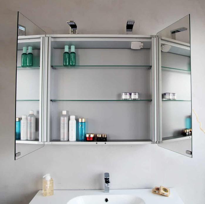 Шкаф с зеркалами внутри и снаружи