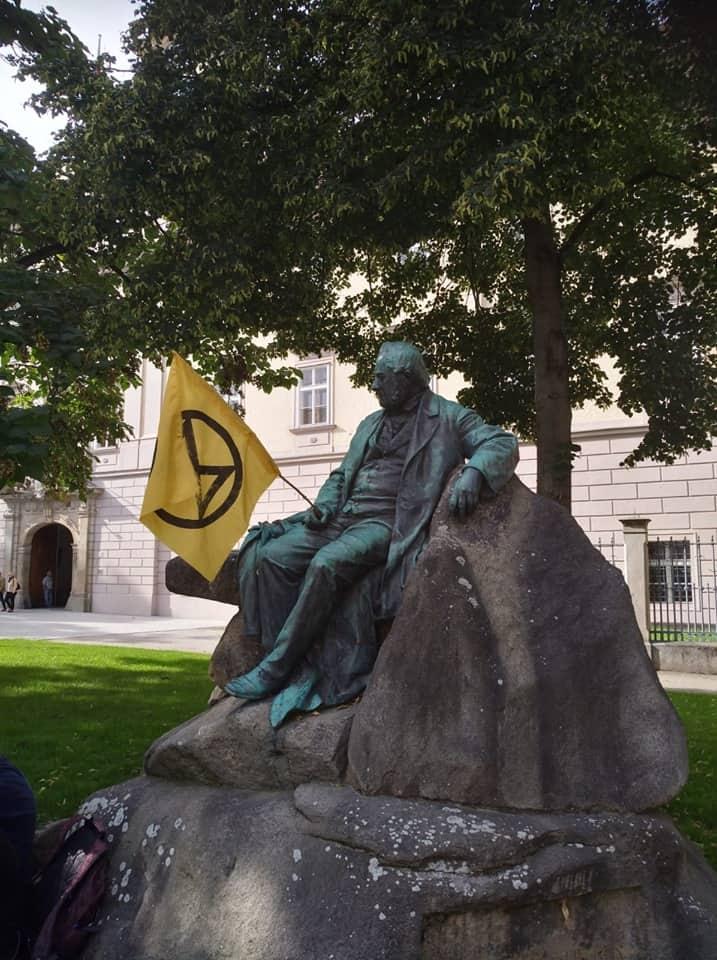 Statue von Adalbert Stifter vor dem Landhaus mit XR Fahne