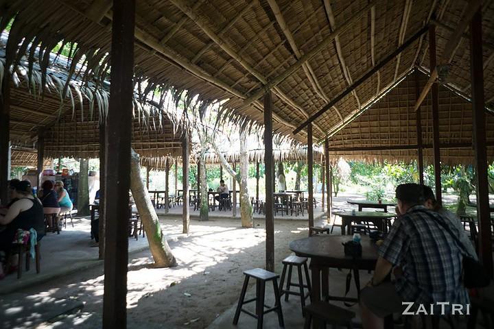 Ngồi trong các căn nhà lá dừa nghỉ chân thưởng thức trái cây