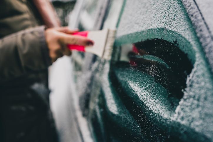 Pulire il ghiaccio dall'auto