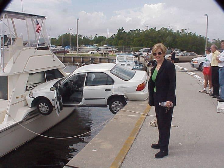 Dama kjører bil
