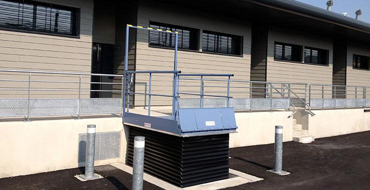 Table de quai avec soufflets de protection déployées en position haute