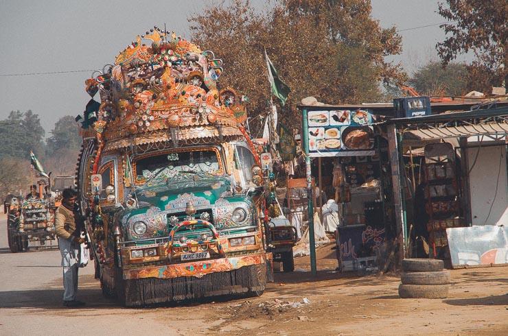 Hvis jeg skulle vise kun et billede fra Pakistan, ville det være dette. Det er en Bedford lastbil, lavet om til en ikonisk bus. Komforten er ikke-eksisterende og udsynet for chaufføren er minimal. Jeg fik en tur i 1990 og husker, at der var et større hul i gulvet, så man kunne se den roterende aksel og asfalten.