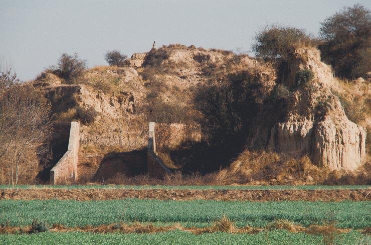 En lille dæmning på anden side af marken, ved min mors landsby.