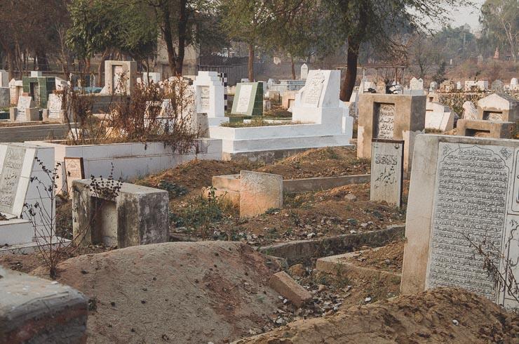 Gravplads nær vores hjem. Den kan ikke rumme flere, men folk bliver ved med at begrave her, som går ud over tidligere gravpladser.