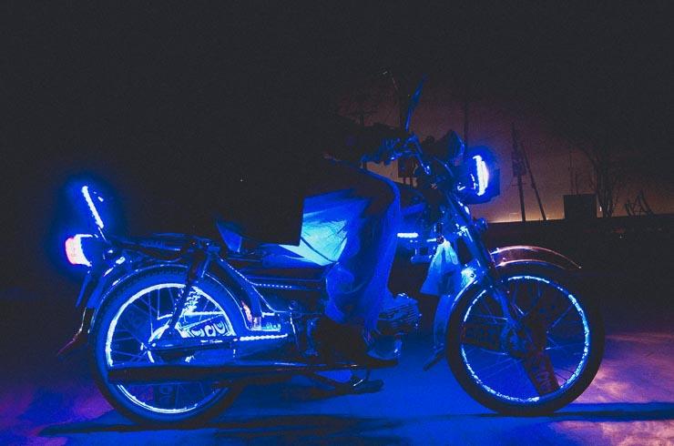 Farvet LED lys på køretøjer er det helt store. Godt ser det da også ud.