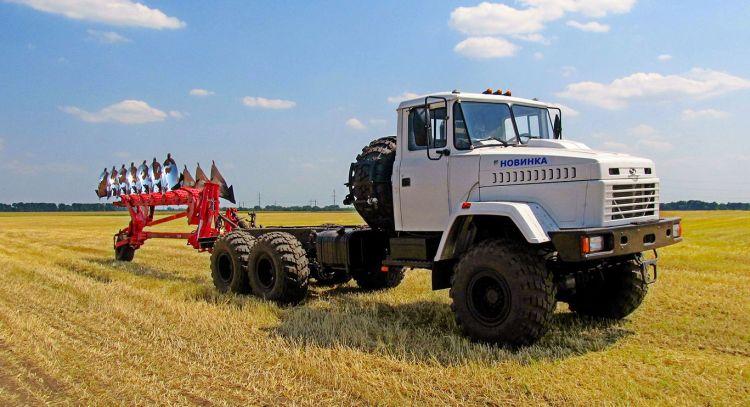 6. kép. Kraz MEZ-330 AUTOTRAKTOR félig függesztett Hektor 1000 váltva forgató 7 fejes ekével (forrás: https://tsn.ua/ru/auto/news/ukrayina/)