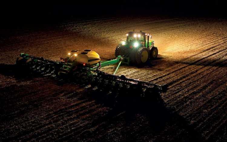 1. kép. Traktor és munkagép megvilágítása LED-lámpákkal (forrás: www.erdekesvilag.hu)