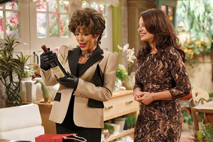 Cyndi Lauper e Joan Collins per la seconda stagione di Happily Divorced, su Comedy Central  | Digitale terrestre: Dtti.it