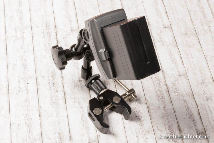 Akkuhalterung mit einem Gelenkarm und Klemme z. B. für das Fotostativ