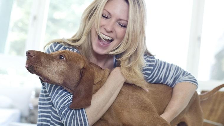 hond knuffelen