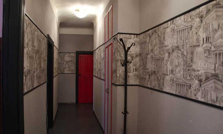 В тёмном коридоре обои должны быть светлых тонов