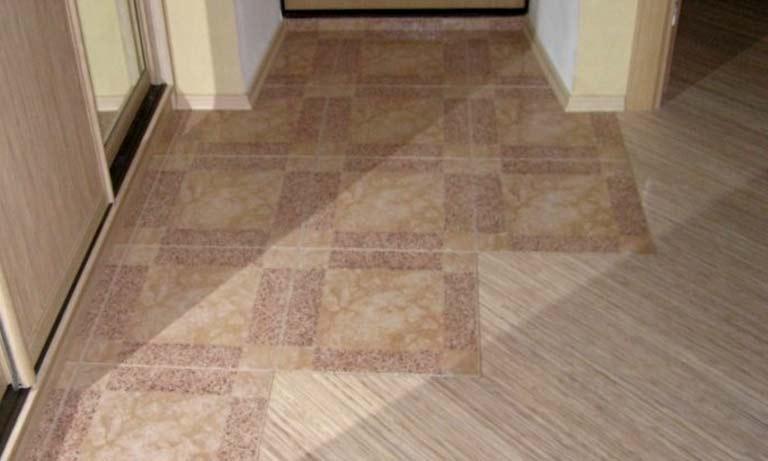 Полы в коридоре отделаны плиткой и линолеумом