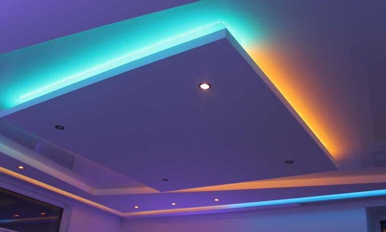 Подвесной потолок с красочной подсветкой в детской комнате