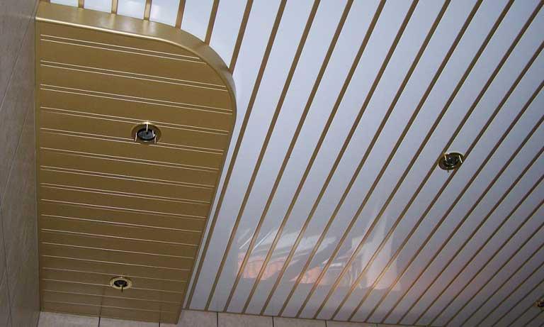Потолок из алюминиевых реек в ванной комнате