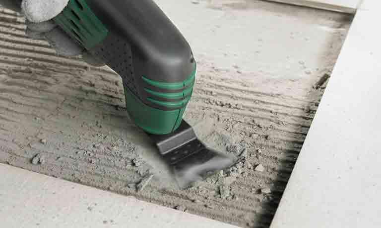 Удаляем старый клей под треснувшей плиткой
