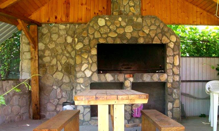 Классическая кухня на даче с зоной барбекю