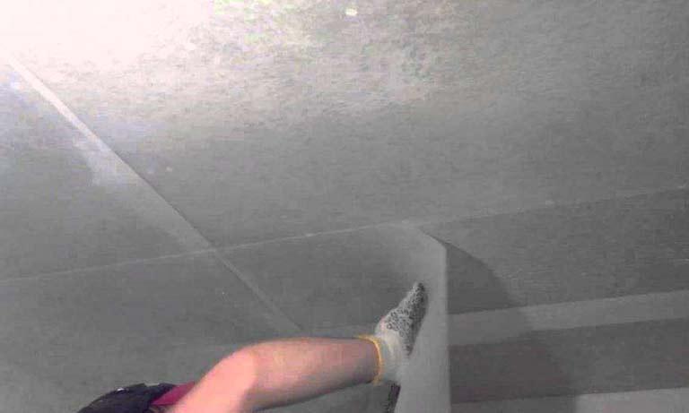 Процесс оклейки потолка стеклохолстом