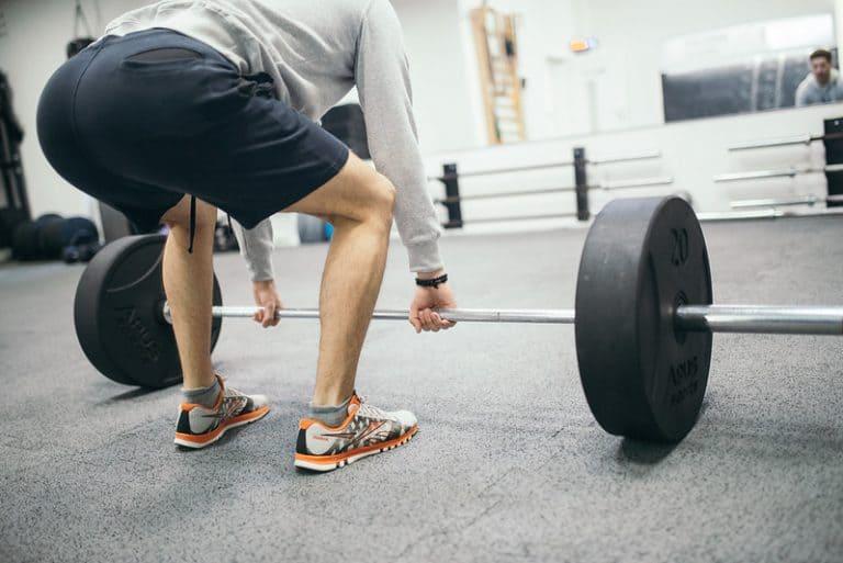 El peso muerto es un excelente ejercicio de glúteo, muy popular entre los hombres.