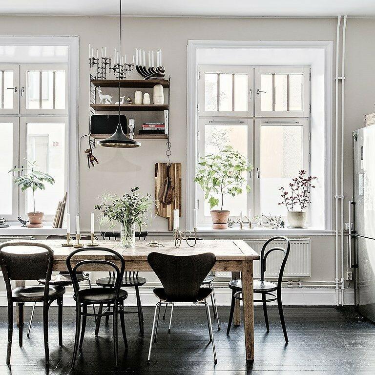 sillas de diseño silla 7 de Arne Jacobsen muebles de diseño estilo escandinavo decoración eclética decoración comedores comedor sillas distintas Comedor con sillas desparejadas cocina abierta