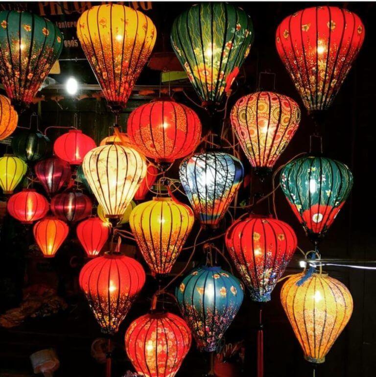 Bunte Laternen auf dem Markt von Vietnam