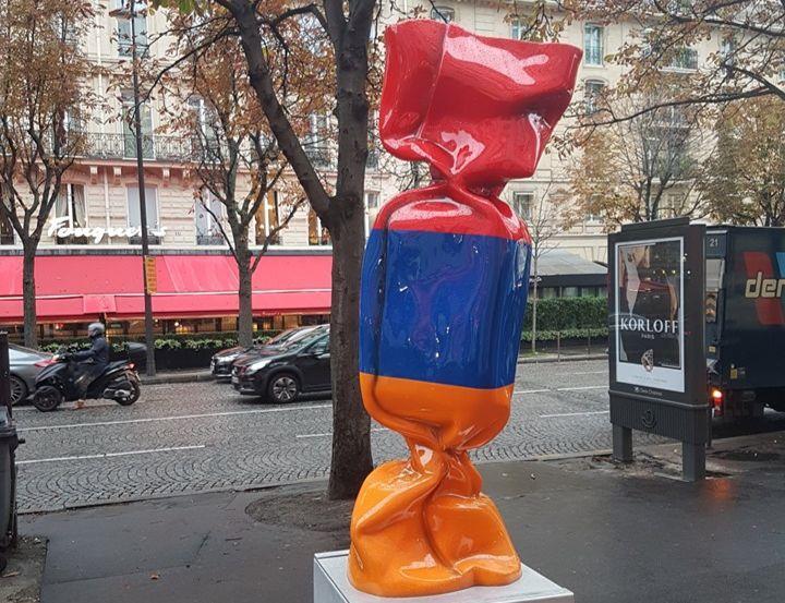 ՖՈՏՈ. Հայաստանի դրոշի գույներով կոնֆետի քանդակը զարդարում է Փարիզի հայտնի պողոտան