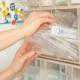 Hand einer Schwester holt Spritzen aus einer Schütte in Vorbereitung einer Impfung