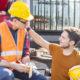 Arbeiter führen Smalltalk in der Pause