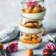 Sommer Dessert im Glas. Vanillecreme mit Aprikosen