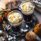 Beschwipster Coffee mit Sirup und Sahnehäubchen
