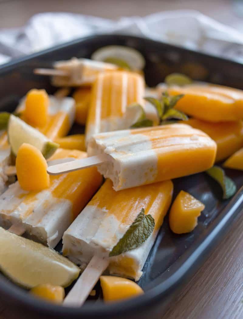 Mango, Maracuja Eis als Popsicle mit Pfirsich