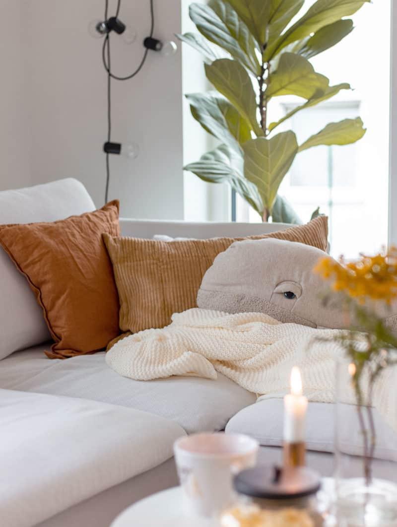Herbstdeko: Mit Kissen und Wolldecken ganz einfach den Look im Wohnzimmer verändern
