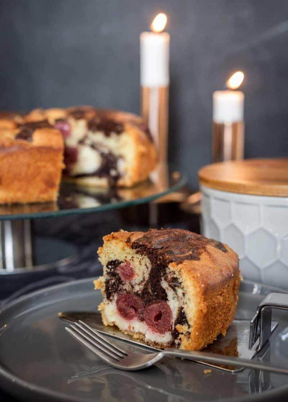 Saftiger und einfacher Schoko-Kirsch-Kuchen mit Cheesecake-Füllung a lá Donau-Welle
