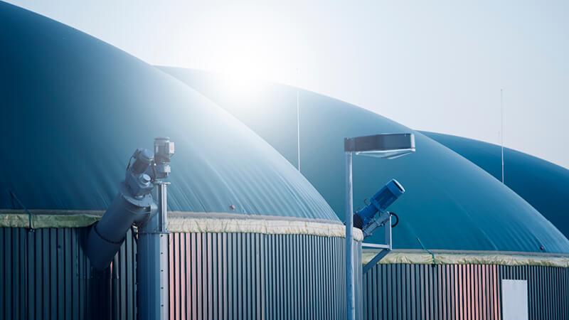 Dächer mehrerer Biogasanlagen