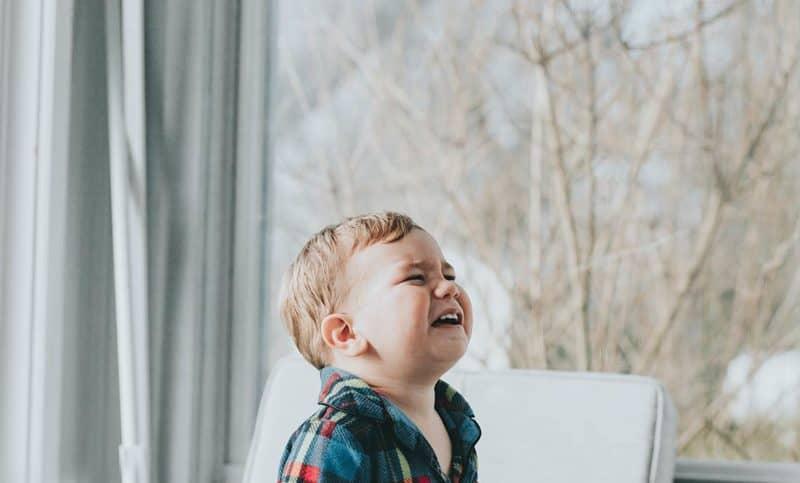 Traue dich Emotionen wie Trauer und Wut einzufangen auf einem Kinderfoto