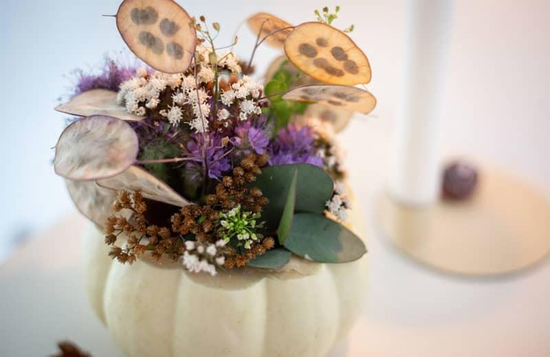 Phacelia und Wiesenblumen in Vase aus Kürbis