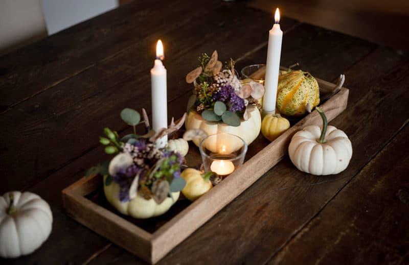 herbstliches Tischgesteck mit Wiesenblumen und Kürbis