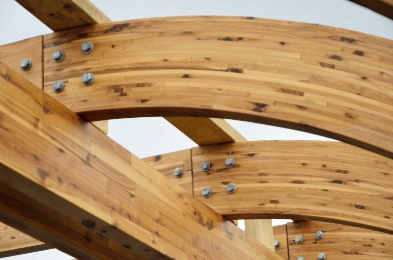 Гнутый клееный брус в каркасной конструкции