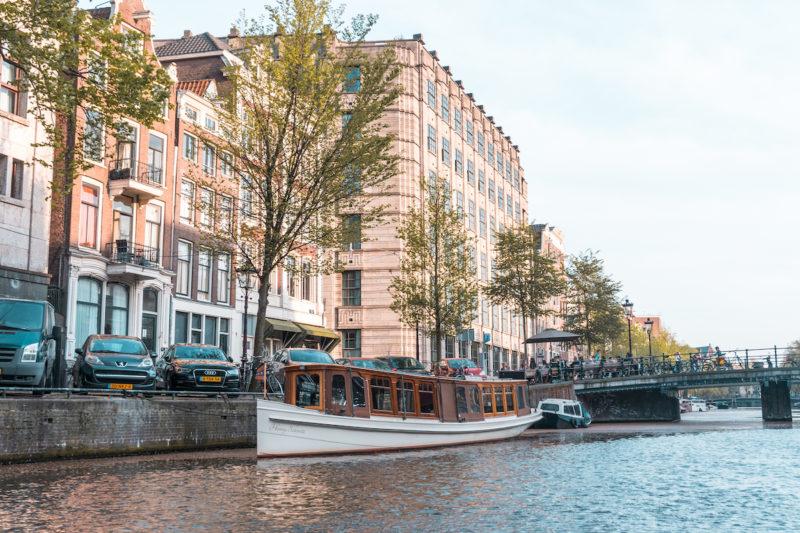 Barco en un canal en Amsterdam