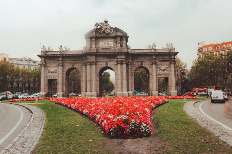 What to do in Madrid: La puerta de Alcalá cerca del retiro park