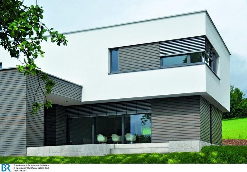 Das Zusammenspiel von Holzverschalung und weißem Putz verleiht der Fassade Spannung.