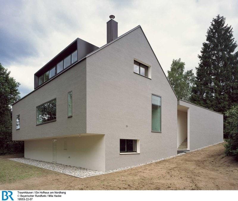 Zum Hang hin greift der Baukörper die Dynamik des Gefälles auf. Bild: BR/Mila Hacke.