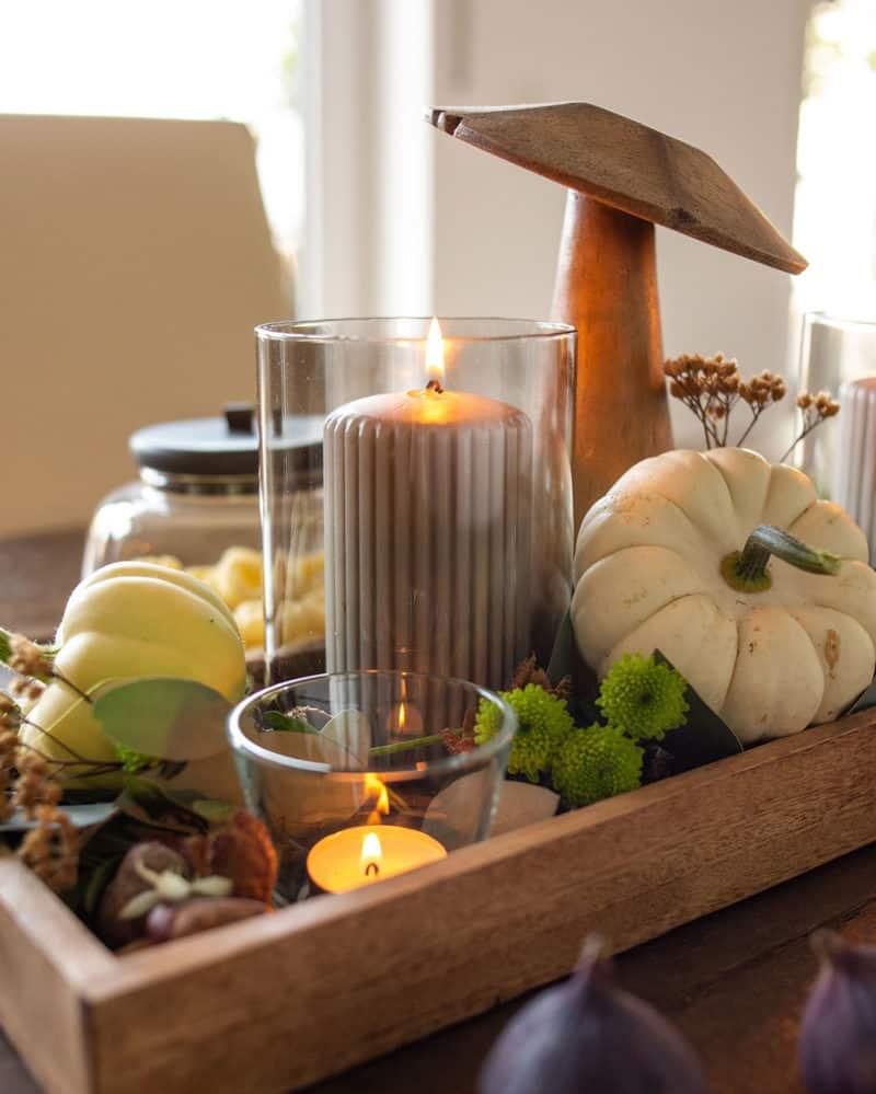 Kerzenschein auf dem Herbst Tisch