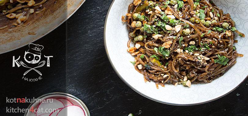 Тайский салат с макаронами, спаржей и горошком